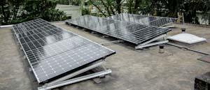 Zonnepanelen op plat dak zonder ballast